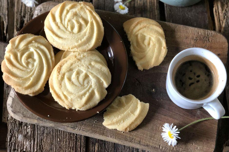 https://yemek.com/tarif/tereyagli-gul-kurabiye/ | Tereyağlı Gül Kurabiye Tarifi