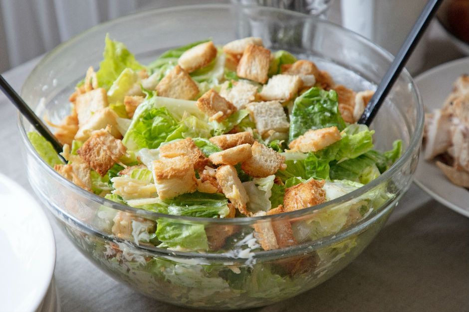 https://yemek.com/tarif/diyet-sezar-salatasi/ | Diyet Sezar Salatası Tarifi
