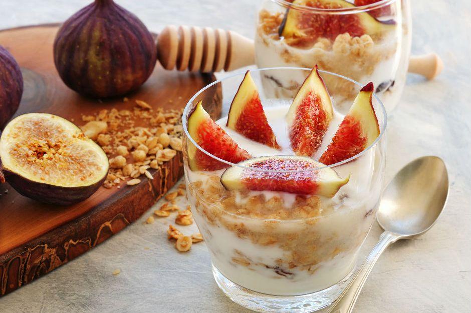 https://yemek.com/tarif/yogurtlu-incirli-parfe/ | Yoğurtlu İncirli Parfe Tarifi