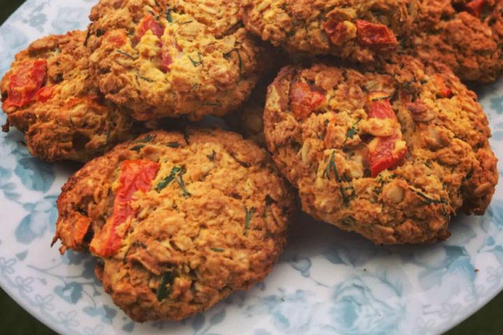 https://yemek.com/tarif/domatesli-dereotlu-yulafli-kurabiye/ | Domatesli-Dereotlu Yulaflı Kurabiye Tarifi
