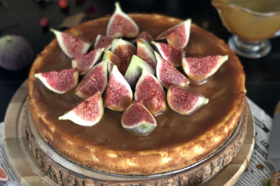 https://yemek.com/tarif/incirli-karamel-soslu-cheesecake/ | İncirli Karamel Soslu Cheesecake Tarifi