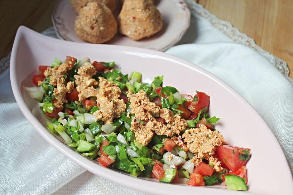 https://yemek.com/tarif/kahvaltilik-surk-peynirli-salata/ | Sürk Peynirli Salata Tarifi