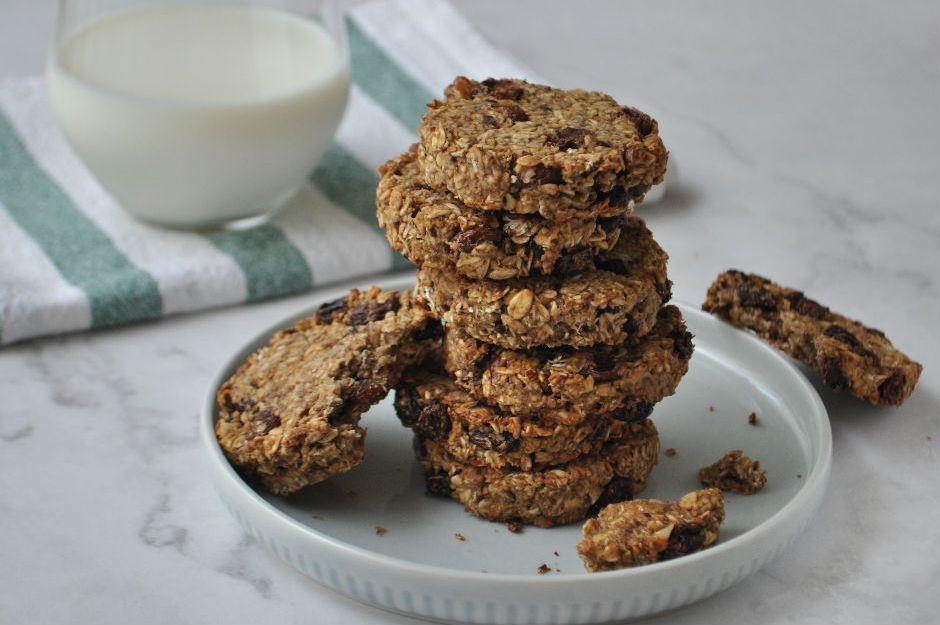 https://yemek.com/tarif/kuru-uzumlu-yulafli-vegan-kurabiye/ | Kuru Üzümlü Yulaflı Vegan Kurabiye Tarifi