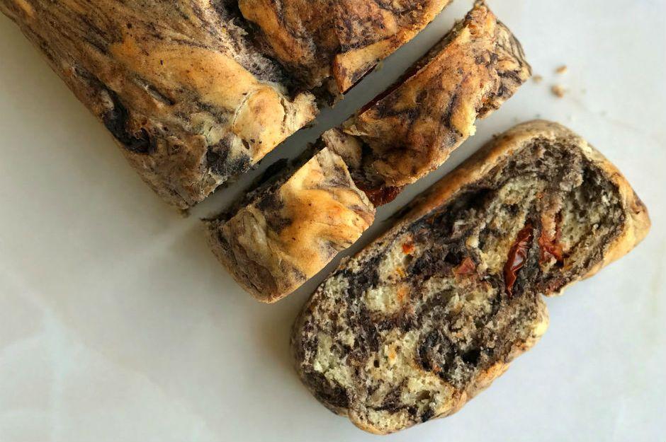 https://yemek.com/tarif/zeytin-ezmeli-kuru-domatesli-ekmek/ | Zeytin Ezmeli & Kuru Domatesli Ekmek Tarifi