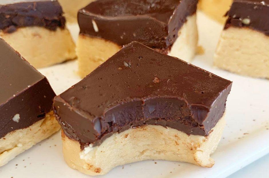 https://yemek.com/tarif/fistik-ezmeli-bitter-cikolatali-fudge/ | Fıstık Ezmeli Bitter Çikolatalı Fudge Tarifi