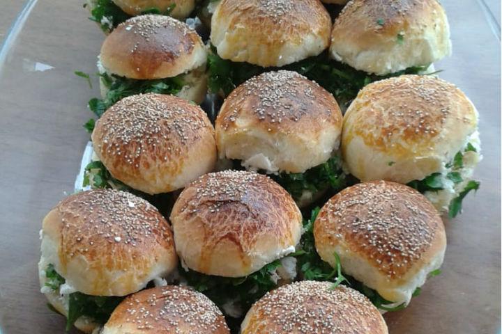 https://yemek.com/tarif/kolay-sakalli-pogaca/ | Kolay Sakallı Poğaça Tarifi