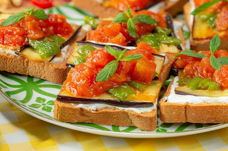 https://yemek.com/tarif/domates-soslu-ekmek-ustu-kizartma/ | Domates Soslu Ekmek Üstü Kızartma Tarifi