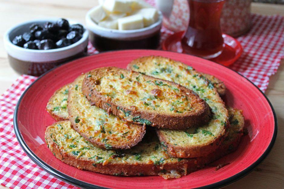 https://yemek.com/tarif/firinda-yumurtali-ekmek/ | Fırında Yumurtalı Ekmek Tarifi