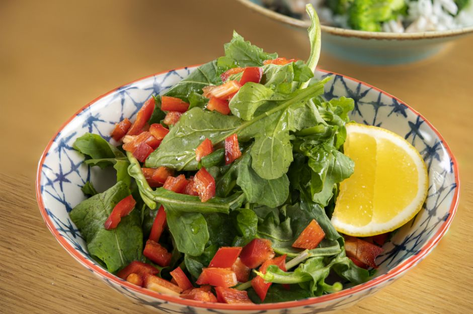 https://yemek.com/tarif/kolay-roka-salatasi/ | Kolay Roka Salatası Tarifi