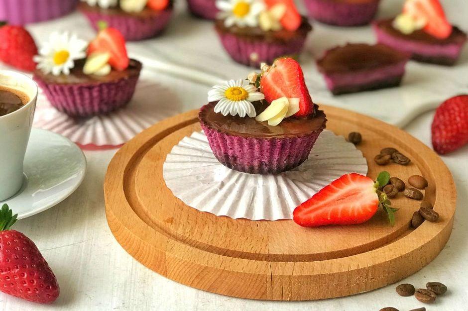 https://yemek.com/tarif/cikolatali-mor-havuclu-mini-cheesecake/ | Çikolatalı Mor Havuçlu Mini Cheesecake Tarifi