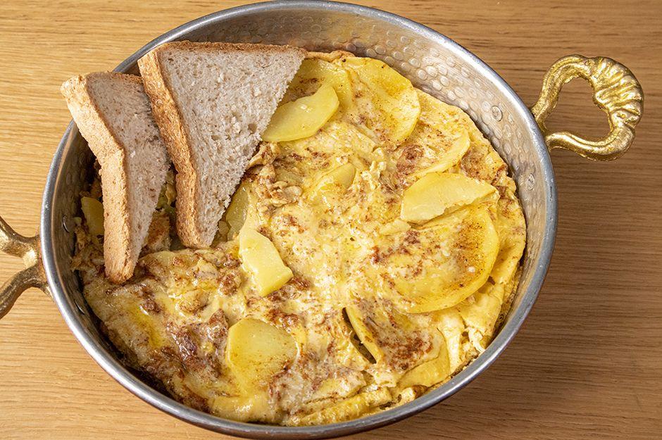 https://yemek.com/tarif/tereyagli-patatesli-yumurta/ | Tereyağlı Patatesli Yumurta Tarifi