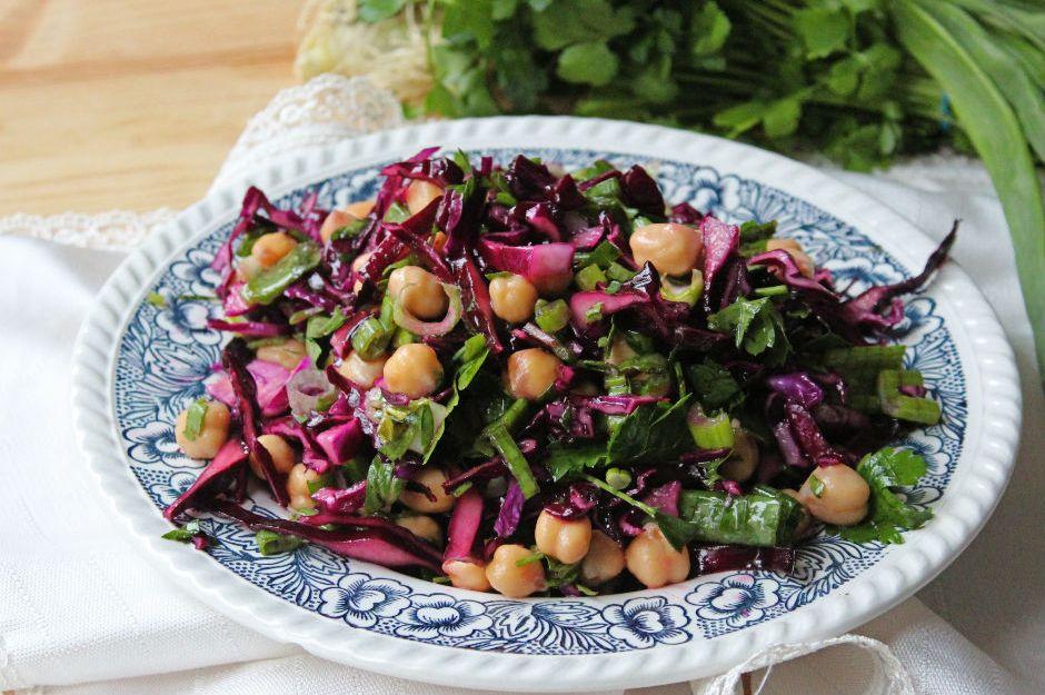 https://yemek.com/tarif/nohutlu-mor-lahana-salatasi/ | Nohutlu Mor Lahana Salatası Tarifi