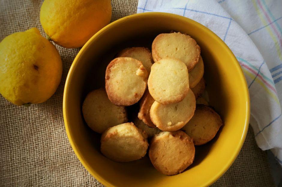 https://yemek.com/tarif/4-malzemeli-limonlu-kurabiye/ | 4 Malzemeli Limonlu Kurabiye Tarifi