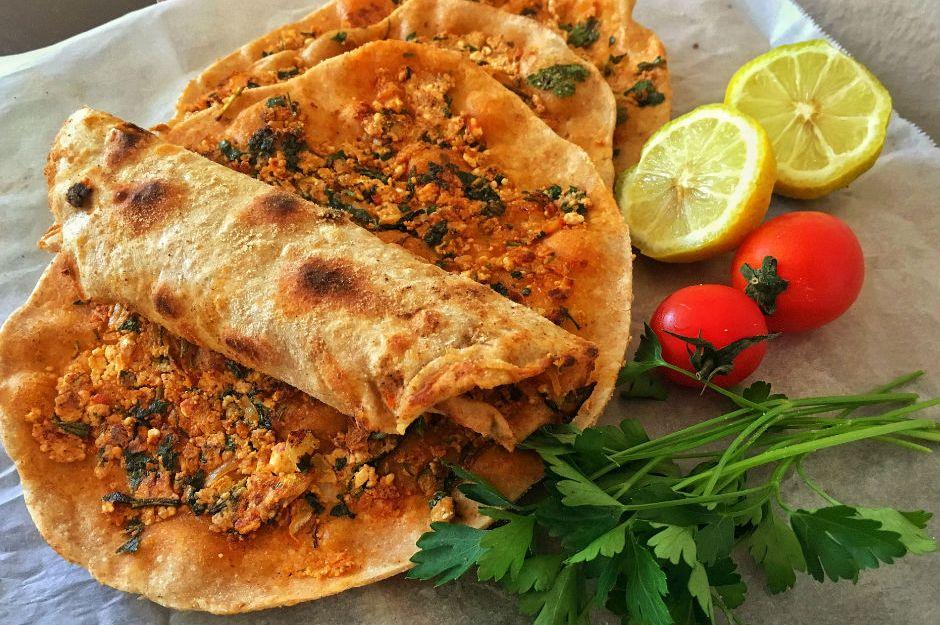 https://yemek.com/tarif/peynirli-lahmacun/ | Peynirli Lahmacun Tarifi