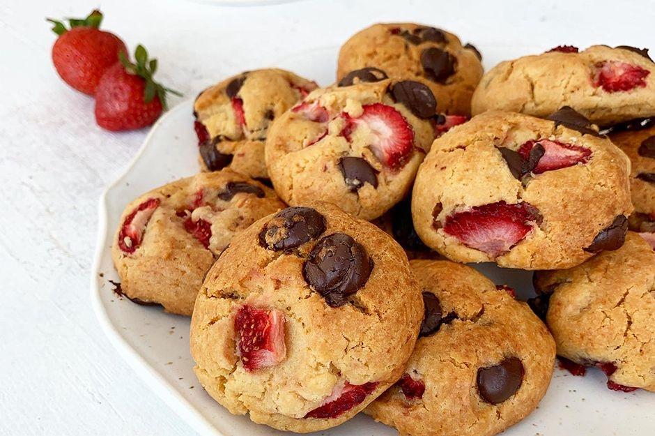 https://yemek.com/tarif/cilekli-ve-cikolata-parcacikli-kurabiye/ | Çilekli ve Çikolata Parçacıklı Kurabiye Tarifi