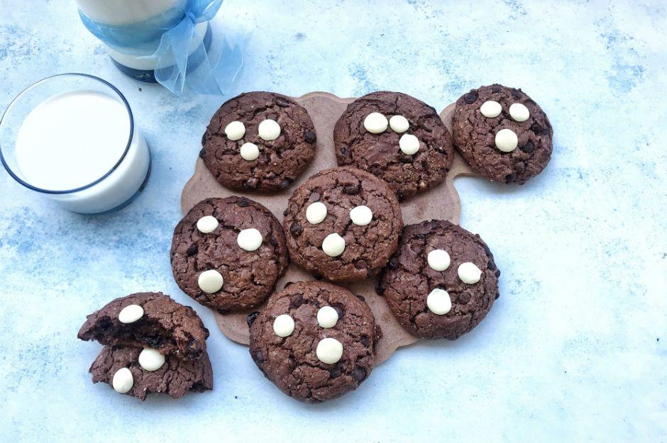 https://yemek.com/tarif/bol-cikolatali-brownie-kurabiye/ | Bol Çikolatalı Brownie Kurabiye Tarifi