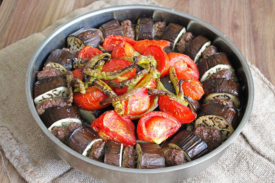 https://yemek.com/tarif/patlicanli-tepsi-kebabi/ | Patlıcanlı Tepsi Kebabı Tarifi