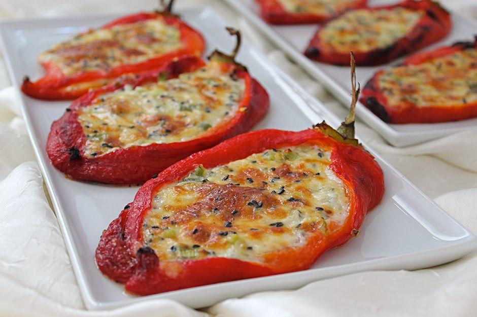 https://yemek.com/tarif/peynirli-firinda-sandal-biber/ | Peynirli Fırında Sandal Biber Tarifi