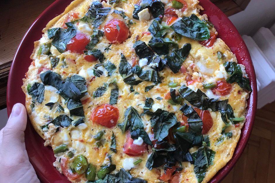 https://yemek.com/tarif/feslegenli-peynirli-bol-malzemeli-omlet/ | Fesleğenli Peynirli Bol Malzemeli Omlet Tarifi
