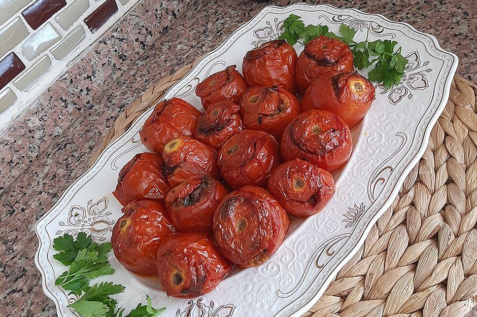 https://yemek.com/tarif/domates-dolmasi-2/ | Domates Dolması Tarifi
