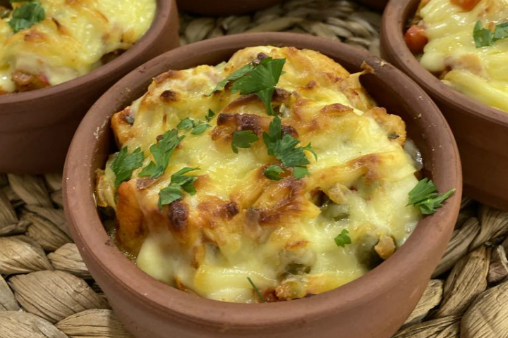 https://yemek.com/tarif/guvecte-patates-pureli-tavuk/   Güveçte Patates Püreli Tavuk Tarifi