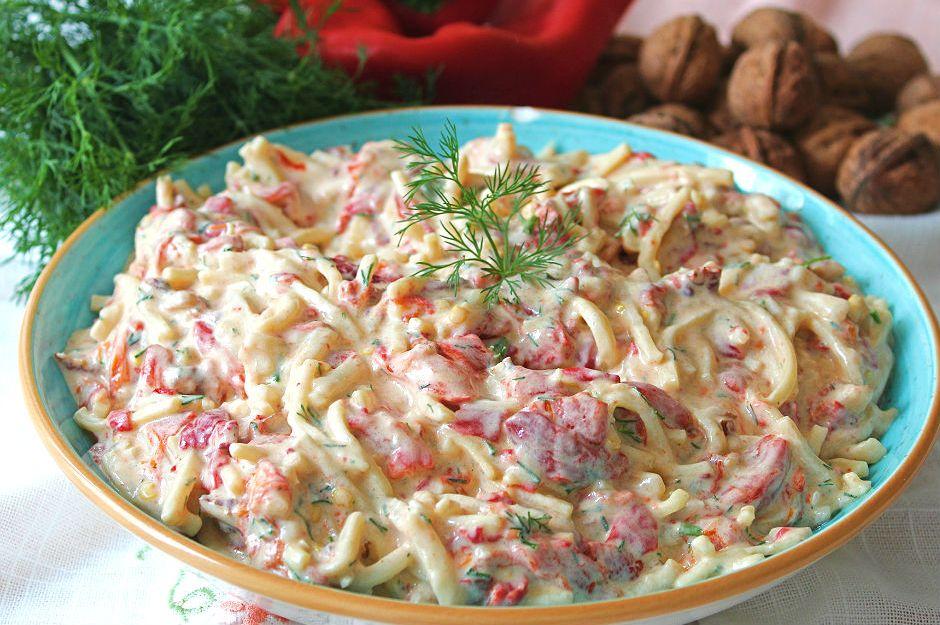 https://yemek.com/tarif/koz-biberli-cevizli-eriste-salatasi/ | Köz Biberli Cevizli Erişte Salatası Tarifi