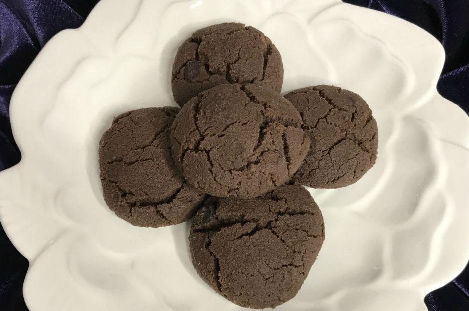 https://yemek.com/tarif/kakaolu-cikolata-parcali-kurabiye/ | Kakaolu Çikolata Parçalı Kurabiye Tarifi