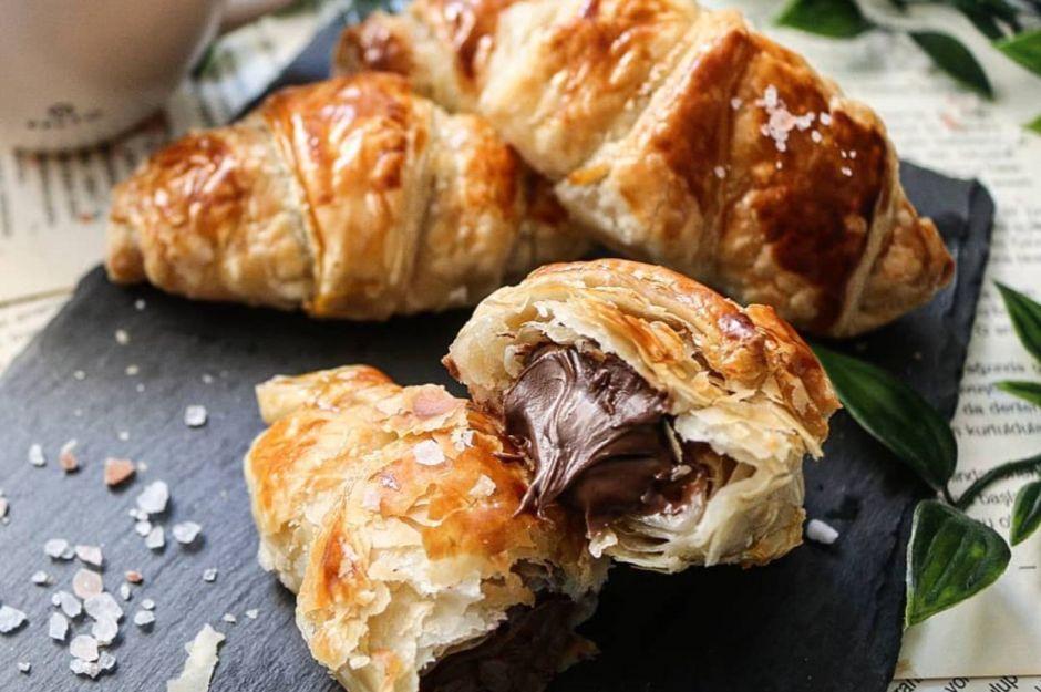 https://yemek.com/tarif/cikolatali-kolay-kruvasan/ | Çikolatalı Kolay Kruvasan Tarifi