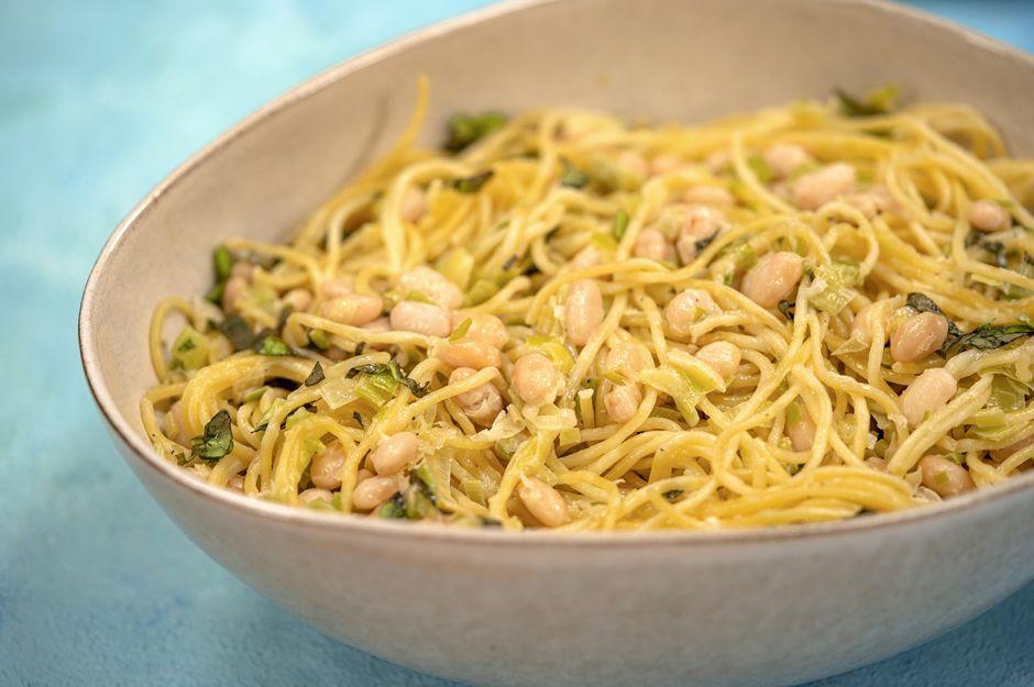 https://yemek.com/tarif/pirasali-ve-fasulyeli-spaghetti/ | Pırasalı ve Fasulyeli Spaghetti Tarifi