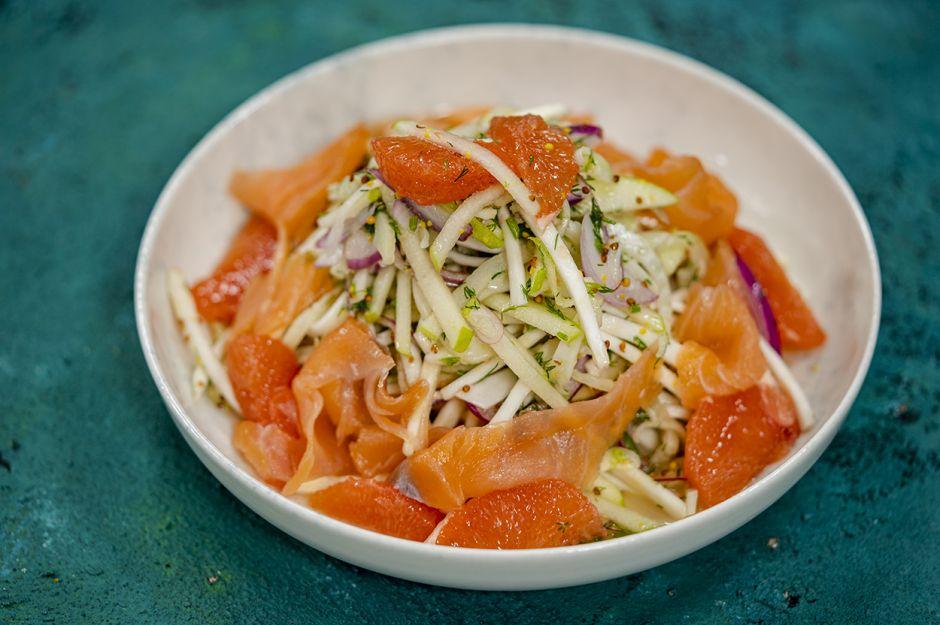 https://yemek.com/tarif/somon-fumeli-kereviz-salatasi/ | Somon Fümeli Kereviz Salatası Tarifi