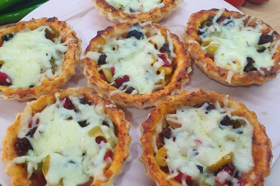 https://yemek.com/tarif/kahvaltilik-milfoyden-tart-pizza/   Kahvaltılık Milföyden Tart Pizza Tarifi