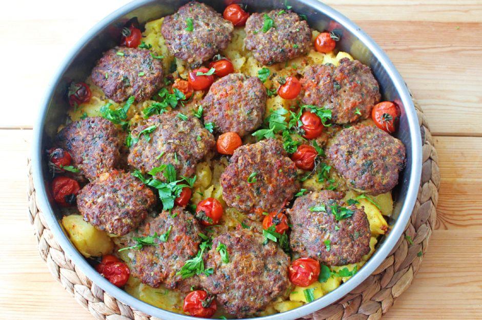 https://yemek.com/tarif/tepside-kofte-patates/   Tepside Köfte & Patates Tarifi