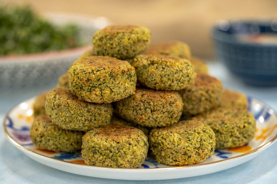 https://yemek.com/tarif/tahin-soslu-firinda-falafel/   Tahin Soslu Fırında Falafel Tarifi