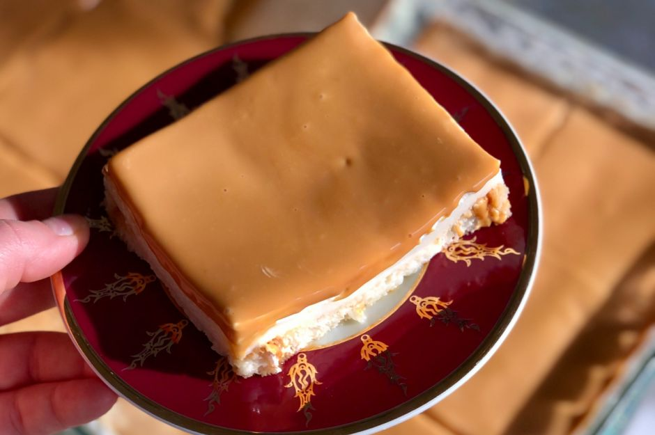https://yemek.com/tarif/karamelli-etimek-tatlisi-2/ | Karamelli Etimek Tatlısı Tarifi