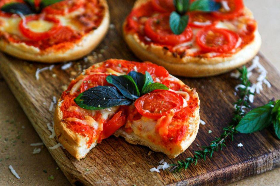 https://yemek.com/tarif/pratik-cay-saati-pizzasi/ | Pratik Çay Saati Pizzası Tarifi