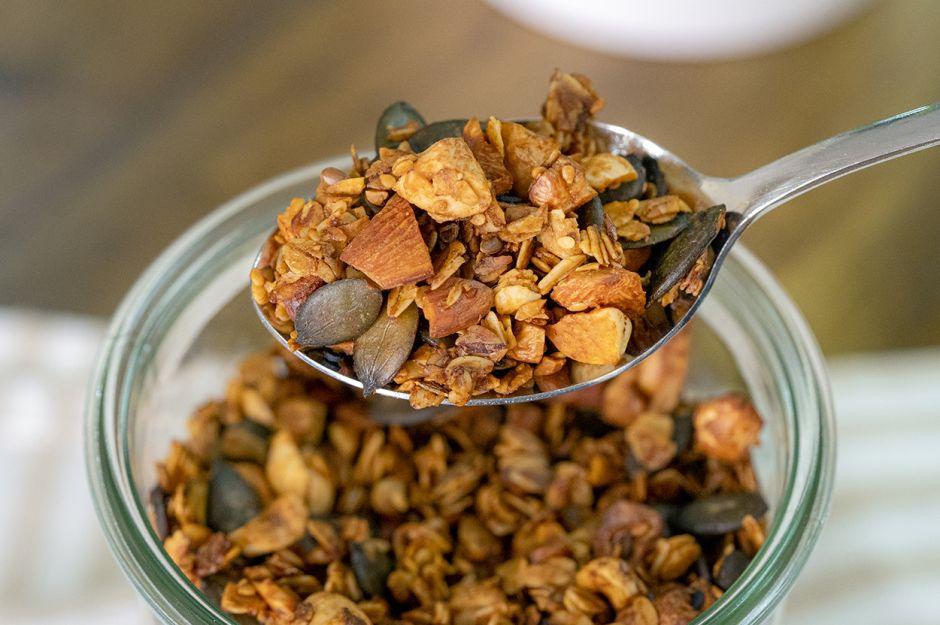 https://yemek.com/tarif/tuzlu-granola/   Tuzlu Granola Tarifi