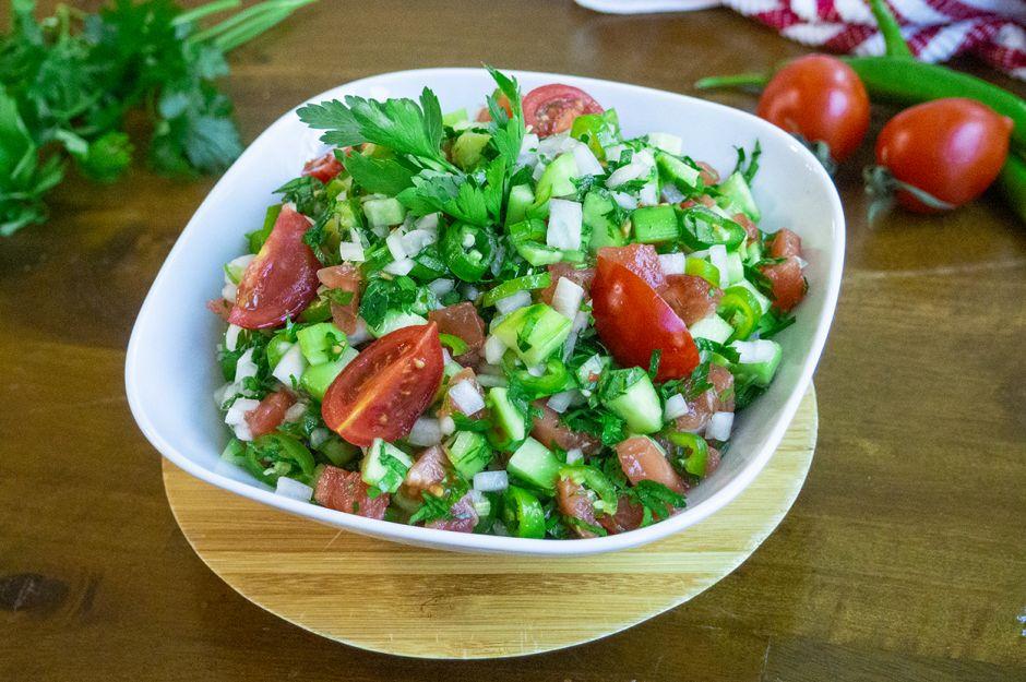 https://yemek.com/tarif/coban-salatasi/   Çoban Salatası Tarifi