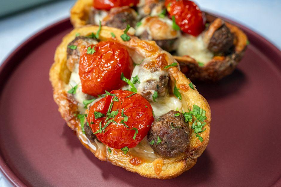https://yemek.com/tarif/misket-kofteli-canak-patates/ | Misket Köfteli Çanak Patates Tarifi