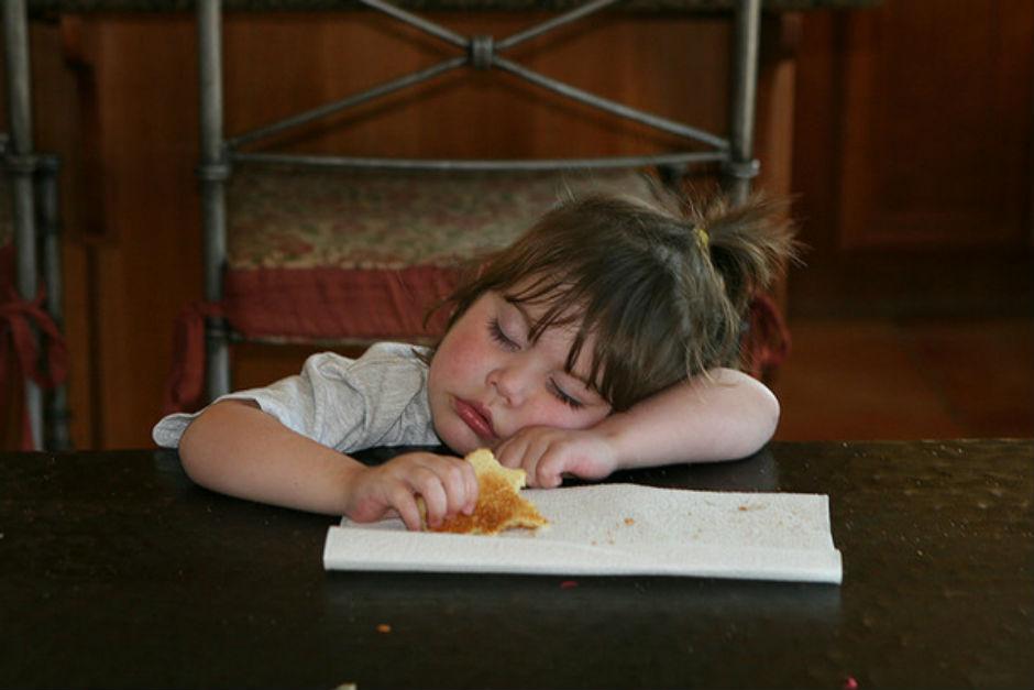 yemek-yerken-uyuyan-bebek