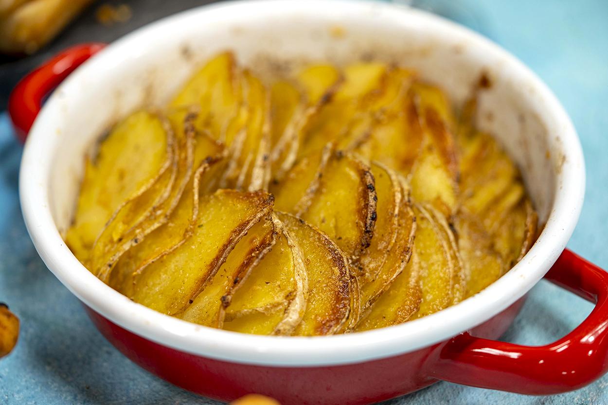 https://yemek.com/tarif/firinda-sarimsakli-patates-dizme/ | Fırında Sarımsaklı Patates Dizme Tarifi