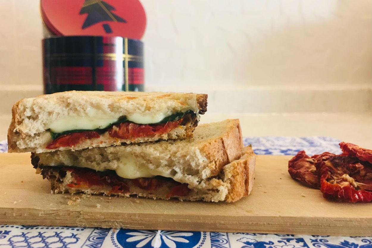 https://yemek.com/tarif/ispanakli-kuru-domatesli-tost/   Ispanaklı Kuru Domatesli Tost Tarifi