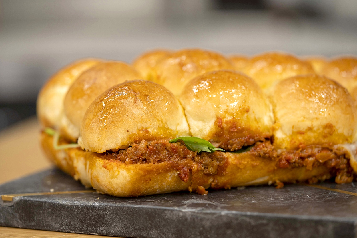 https://yemek.com/tarif/tepside-kiymali-mini-burger/ | Tepside Kıymalı Mini Burger Tarifi