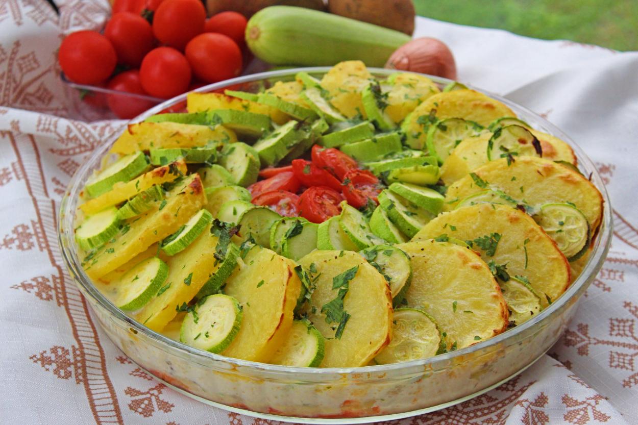 https://yemek.com/tarif/firinda-kiymali-sebze-dizmesi/ | Fırında Kıymalı Sebze Dizmesi Tarifi