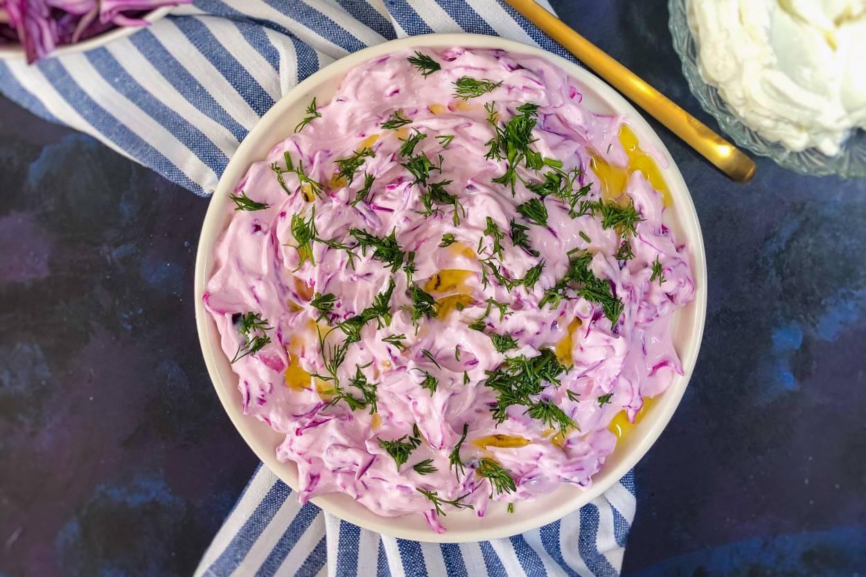 https://yemek.com/tarif/suzme-yogurtlu-lahana-salatasi/ | Süzme Yoğurtlu Lahana Salatası Tarifi