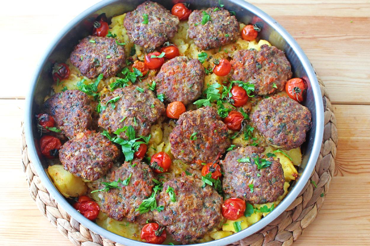 https://yemek.com/tarif/tepside-kofte-patates/ | Tepside Köfte & Patates Tarifi