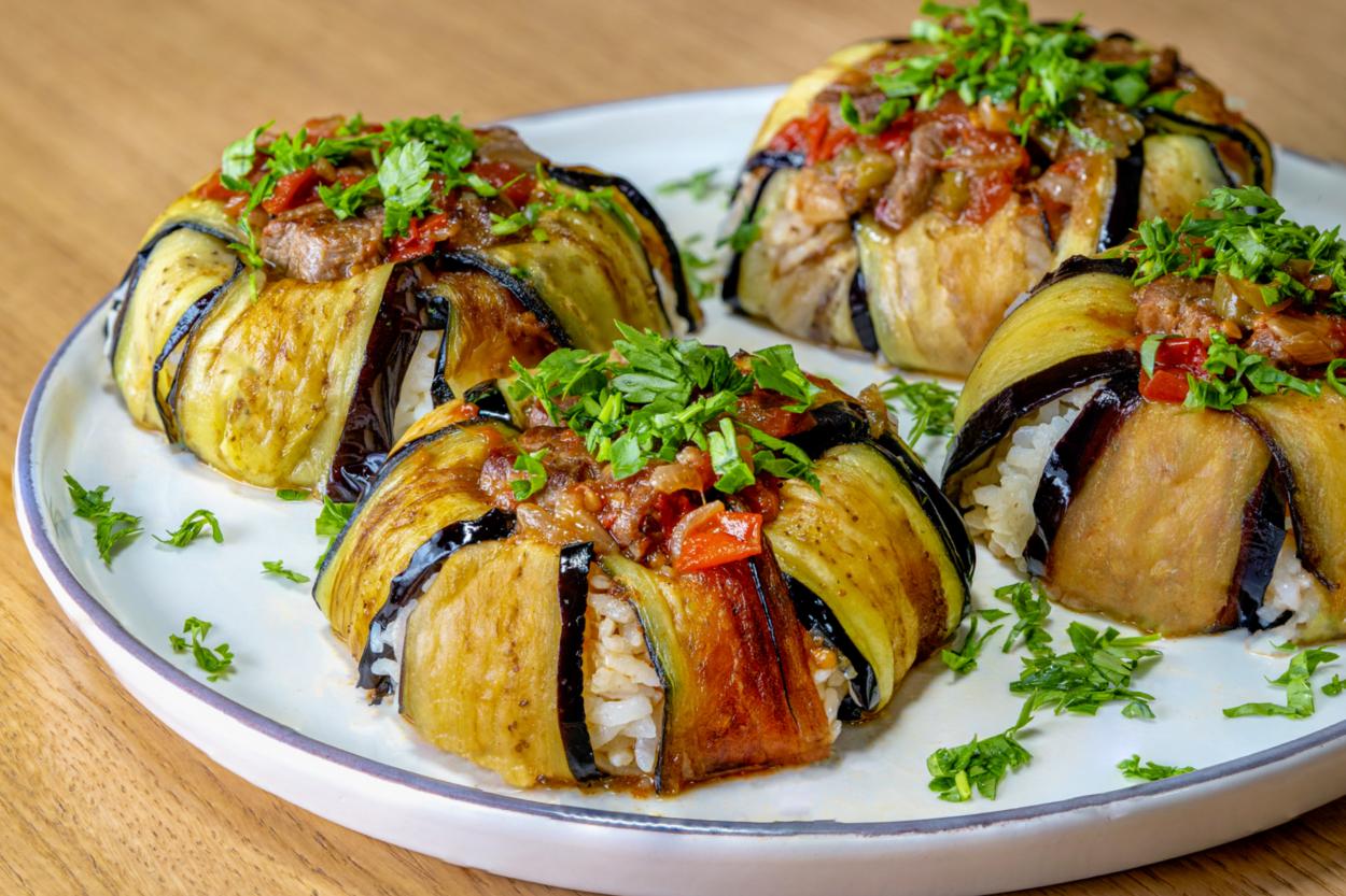 https://yemek.com/tarif/pilavli-patlican-kapama/ | Pilavlı Patlıcan Kapama Tarifi
