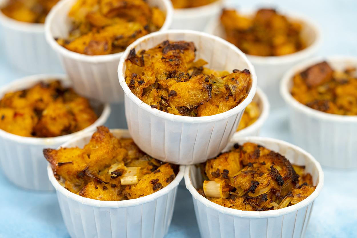 https://yemek.com/tarif/pirasali-kiymali-pide-muffin/ | Pırasalı Kıymalı Pide Muffin Tarifi