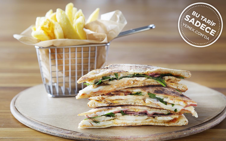 https://yemek.com/tarif/kitchenette-pi…-club-sandwich/   Fotoğraf: Özgür Bakır / Kitchenette Pizza Club Sandviç Tarifi