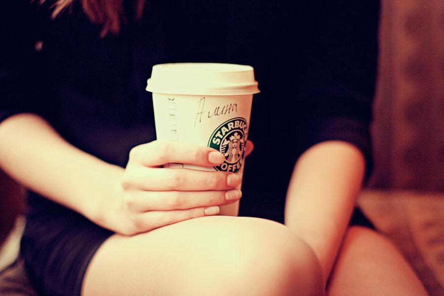 22 Ülkede İnsanlar Starbucks'ta Bir Bardak Latte İçmek İçin Ne Kadar Ödüyor starbucks bardagi tutan kiz