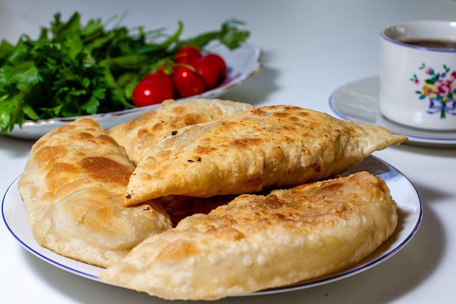 Yağ Çekmeyen Çiğ Börek (Çibörek) Tarifi, Nasıl Yapılır? (Resimli Anlatım) -  Yemek.com